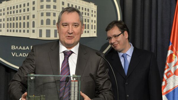 Potpredsednik vlade Rusije Dmitrij Rogozin sa maketom S-300 - Sputnik Srbija