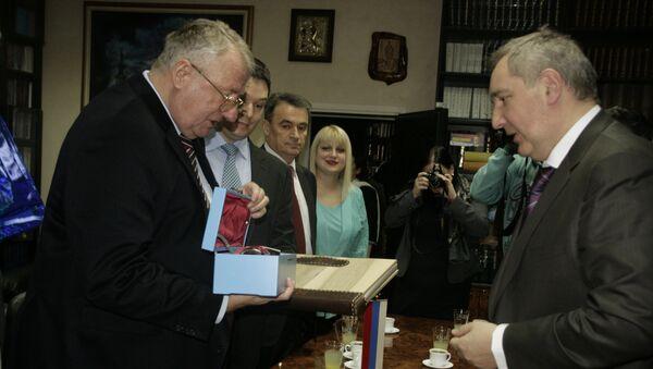 Dmitrij Rogozin posetio Srpsku radikalnu stranku. - Sputnik Srbija