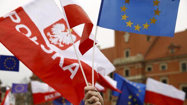 Prodemokratkse demonstracije u Varšavi. Ljudi mašu zastavama Poljske i EU - Sputnik Srbija