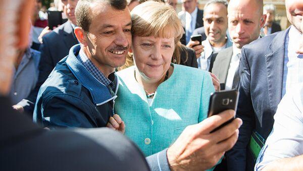 Меркелова са избеглицама - Sputnik Србија