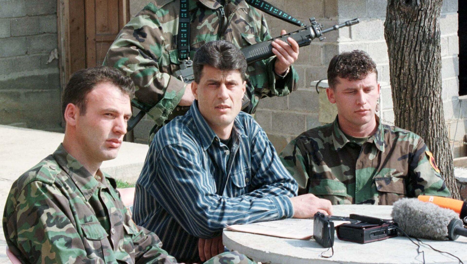 Комадант ОВК Хашим Тачи са припадницима те терористичке организације на Косову 1999. године - Sputnik Србија, 1920, 30.03.2021