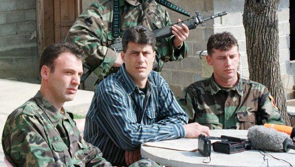 Komadant OVK Hašim Tači sa pripadnicima te terorističke organizacije na Kosovu 1999. godine - Sputnik Srbija