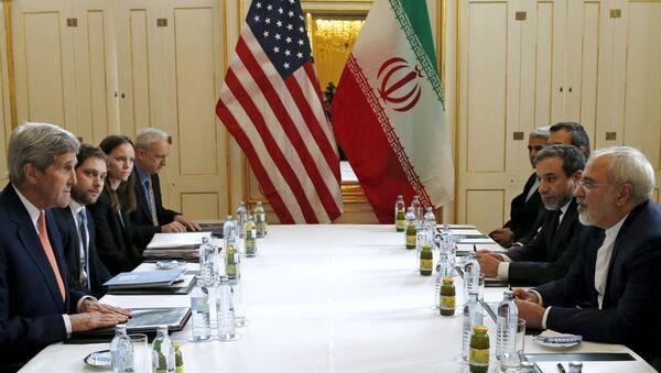 Džon Keri i Mohamed Džavad Zarif na pregovorima u Beču o okončanju nuklearnog spora sa Iranom - Sputnik Srbija