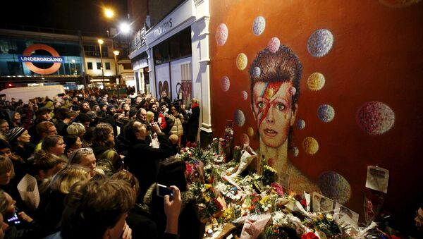 Фанови испред мурала Дејвида Боувија у Брикстону, Лондон, 11. јануара 2016. - Sputnik Србија