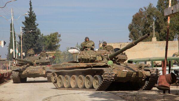 Тенкови сиријске војске улазе у село у близини војне авио-базе Квејрис, на истоку северне сиријске провинције Алеп, у новембру 2015. - Sputnik Србија