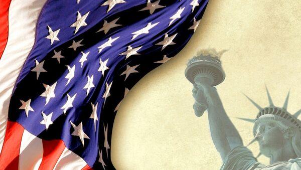 Američka zastava pored Kipa slobode - Sputnik Srbija