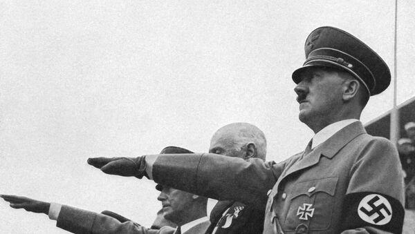 Немачки канцелар Адолф Хитлер салутира нацистичким поздравом током церемоније отварања Олимпијских игара у Берлину 01. августа 1936 године - Sputnik Србија