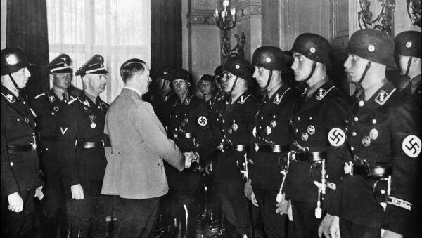 Немачки канцелар Адолф Хитлер рукује се са младим члановима елитне нацистичке СС јединице 1937. године у Берлину - Sputnik Србија