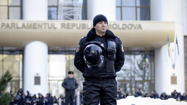 Молдавски полцијац испред зграде Владе-илустрација - Sputnik Србија