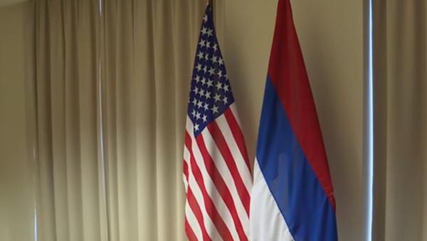 Prevrnuta zastava Rusije uoči sastanka šefova diplomatija Rusije i SAD Sergeja Lavrova i Džona Kerija - Sputnik Srbija