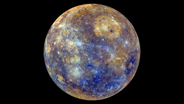 Снимок Меркурия в искусственных цветах, отражающих минералогические и химические свойства приповерхностного грунта   - Sputnik Србија