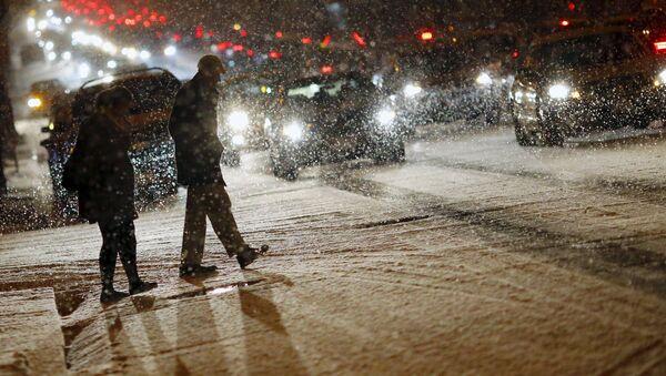 People cross a street as it snows in Washington - Sputnik Србија