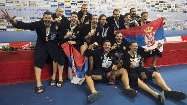 Ватерполисти Србије са златном медаљом око врата после победе Европског првенства - Sputnik Србија