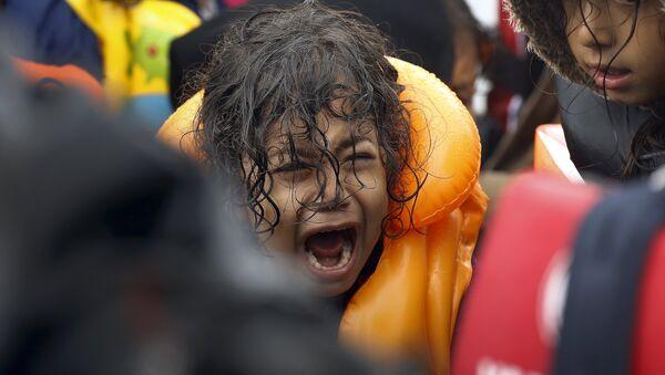 Devojčica iz Sirije snimljena na Egejskom moru prilikom prelaska iz Turske u Grčku, 23. septembra 2015. - Sputnik Srbija