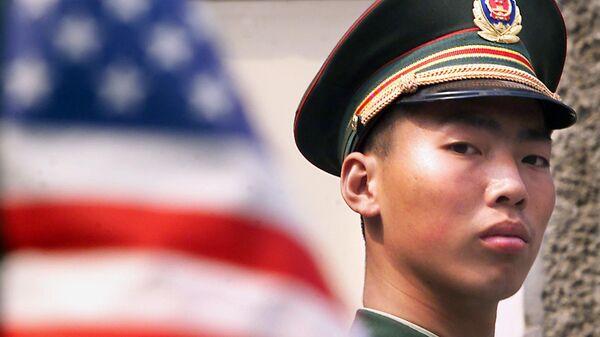 Kineski vojnik pored američke zastave - Sputnik Srbija