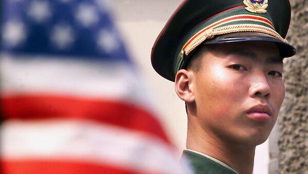 Кинески војник поред америчке заставе - Sputnik Србија