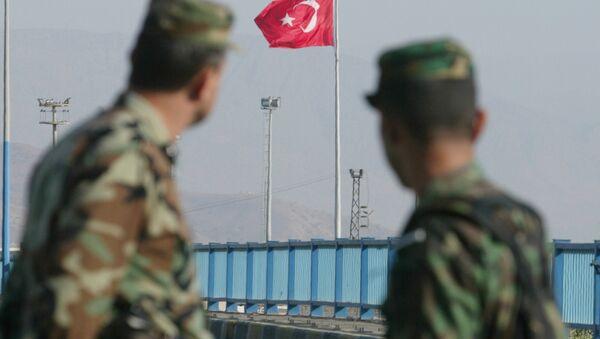 Турски војници гледају у заставу - Sputnik Србија
