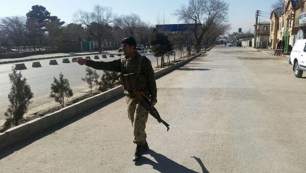 Policajac na mestu gde se razneo bombaš-samoubica u Kabulu - Sputnik Srbija