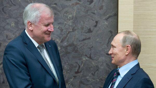 Председник Владе Баварске Хорст Зехофер  и председник Русије Владимир Путин - Sputnik Србија