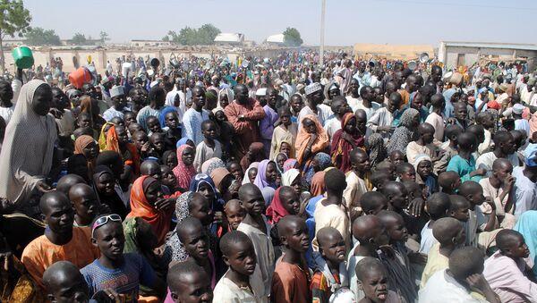 Интерно расељени, углавном жене и деца, чекају на храну у Диква кампу, у Борно провинцији у североисточној Нигерији. - Sputnik Србија