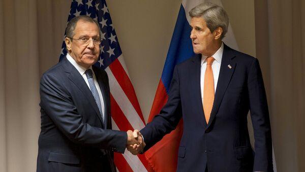 Šefovi diplomatija Rusije i SAD Sergej Lavrov i Džon Keri - Sputnik Srbija