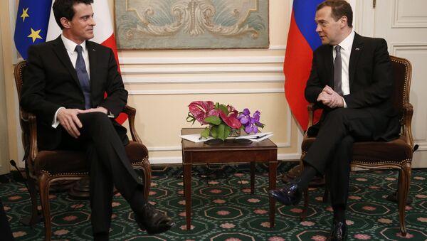 Премијер Русије Дмитриј Медведев и премијер Француске Мануел Валс - Sputnik Србија