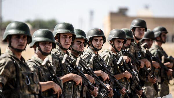 Turski vojnici čuvaju stražu u karauli na granici Turske i Sirije - Sputnik Srbija