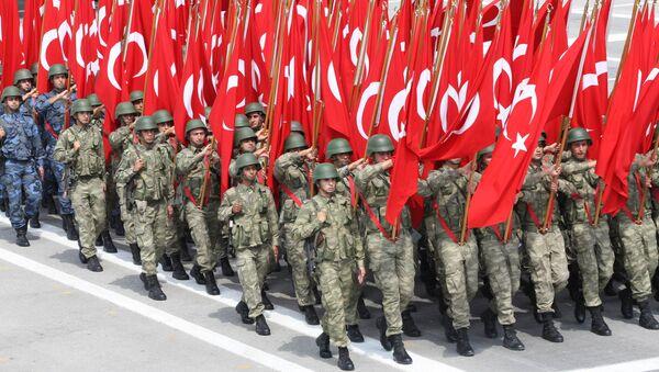Турски војници са заставама на паради 30. августа 2013. године у Анкари током прославе 91. годишњице Дана победе - Sputnik Србија