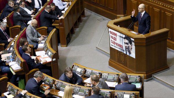 Ukrajinski premijer Arsenij Jacenjuk za govornicom ukrajinskog parlamenta - Sputnik Srbija