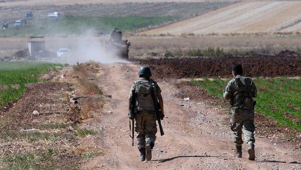 Турски војници патролирају у близини границе са Сиријом на североистоку Турске. - Sputnik Србија