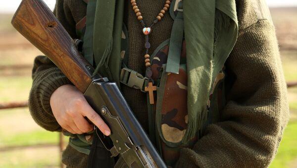 Жена припадница Јединица за заштиту курдских народа са пушком у руци - Sputnik Србија