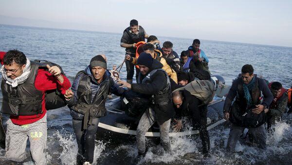 Избеглице се искрцавају на грчко ортво Лезбос - Sputnik Србија