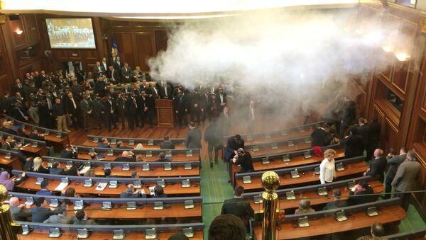 Седница Скупштине Косова прекинута након што је у салу бачен сузавац. - Sputnik Србија