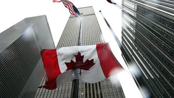Канадска застава на пола копља у Генералном конзулату Канаде у Њујорку 23. октобра, 2014 - Sputnik Србија