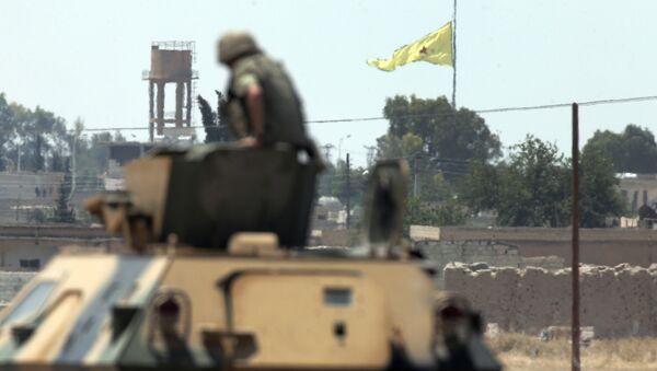Турски војник из тенка посматра Курде на сиријској територији - Sputnik Србија