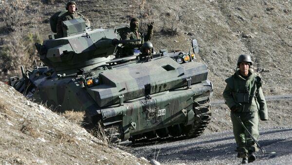 Turski vojnici patroliraju na putu u blizini granice Turske i Iraka - Sputnik Srbija