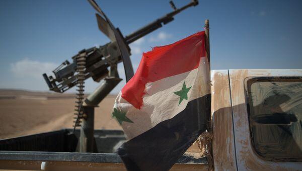 Sirijska zastava na vojnom vozilu pripadnika sirijske armije. - Sputnik Srbija