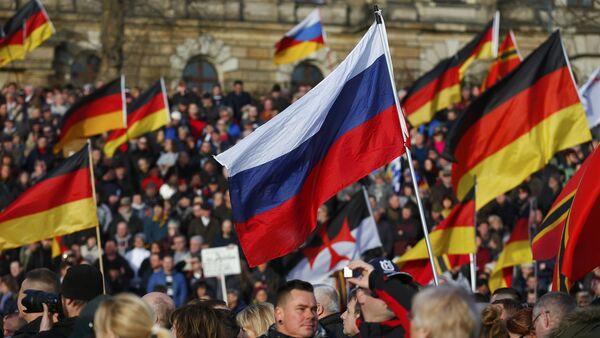 Демонстарнти носе заставе против канцеларке Ангеле Меркел - Sputnik Србија