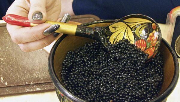 Drvena posuda sa crnim kavijarom jesetre na trećoj međunarodnoj izložbi Riba 2003. - komercijalni ribolov i prerada plodova mora u Moskvi. - Sputnik Srbija