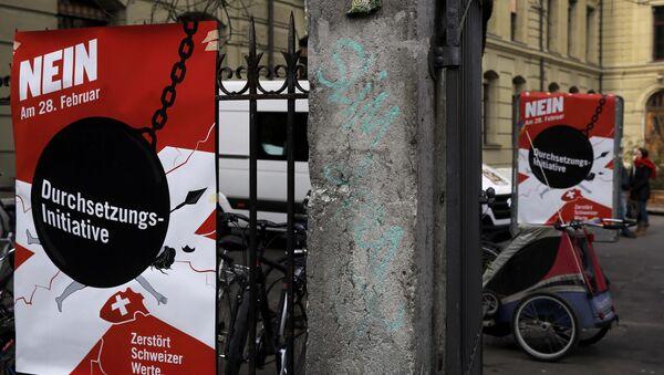 Plakati protiv referenduma o proterivanju stranaca u Švajcarskoj. - Sputnik Srbija