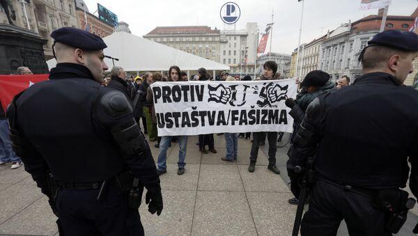 Проусташка Аутохтона хрватска странка права (А-ХСП) постројава на загребачком Тргу бана Јелачића своју страначку, црнокошуљашку војску - Sputnik Србија