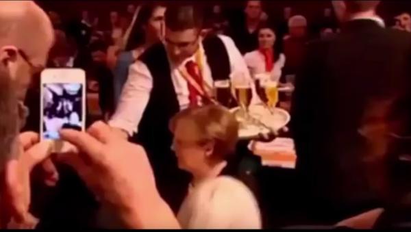 Konobar prosipa pivo na Merkelovu - Sputnik Srbija