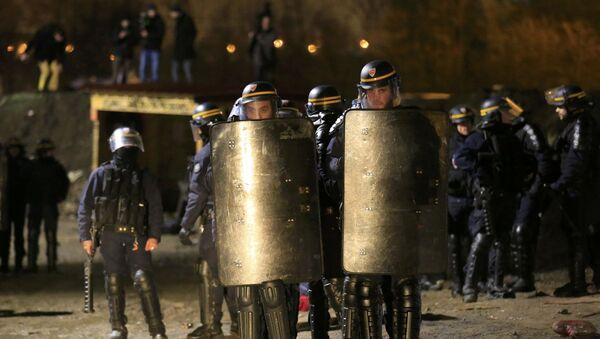 """Неколико пута на улазу у """"Џунглу"""" долазиле су машине полицијских специјалних снага. - Sputnik Србија"""