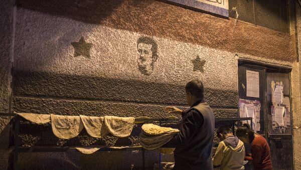 Zastava Sirije u Damasku sa likom predsednika Bašara el Asada - Sputnik Srbija