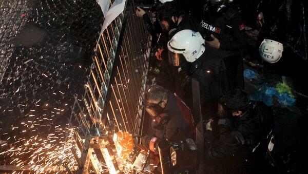 Turksa policija ulazi u sedište lista Zaman 5. marta. - Sputnik Srbija