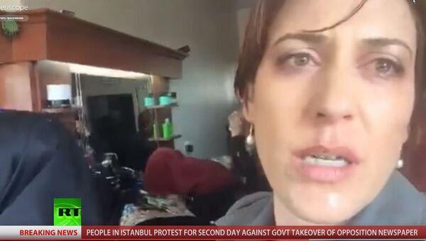Новинарка РТ-а Пола Слијер под дејством сузавца током извештавања са протеста у Истанбулу. - Sputnik Србија