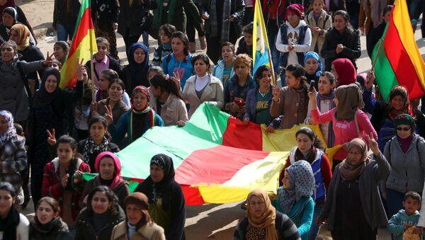 Kurdi nose zastave tokom protesta na sirijsko-turskoj granici - Sputnik Srbija