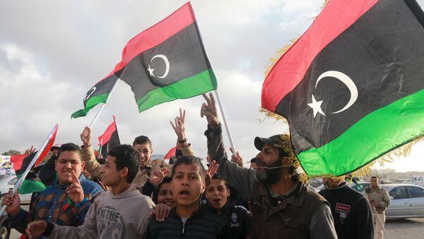 Либијци машу националним заставама - Sputnik Србија