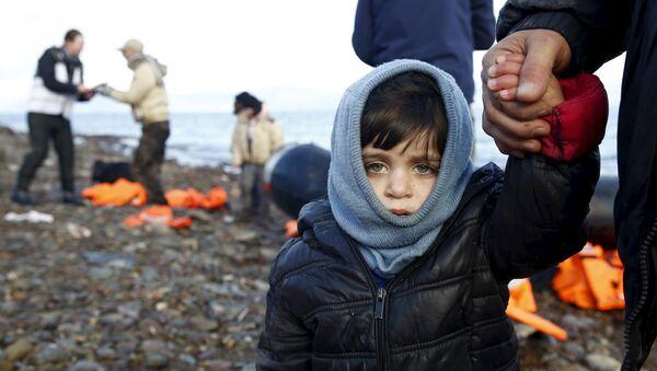 Дечак из Сирије међу избеглицама на грчком острву Лезбос. - Sputnik Србија