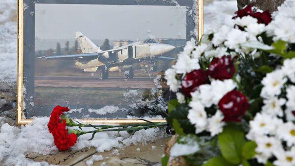 Становници Липецка носе цвеће пред споменик пилоту Олегу Пешку који је погинуо приликом обарања Су-24 у Сирији - Sputnik Србија